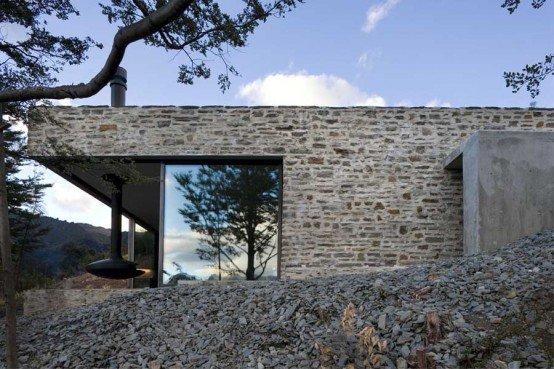 casa de piedra en una montaa por los arquitectos feraon hay