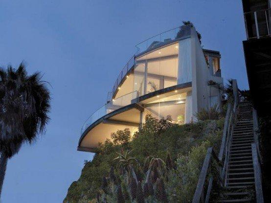 casa de playa con paredes de vidrio