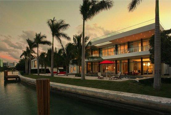 Casa moderna de playa en una isla privada en miami beach for Casa moderna miami website