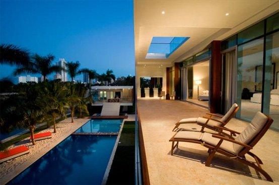 Casa moderna de playa en una isla privada en miami beach for Casas de lujo en miami