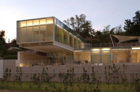 Casa compuesta por dos prismas rectangulares construida en - Casas en pendiente ...