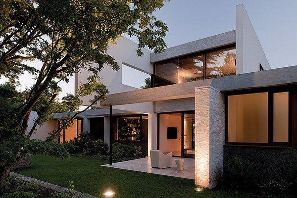 Casa contempor nea en chile construido alrededor de un for Casas con jardin enfrente