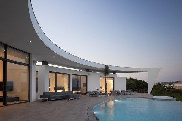 Silueta blanca con una geometría compleja en Portugal: Casa Colunata