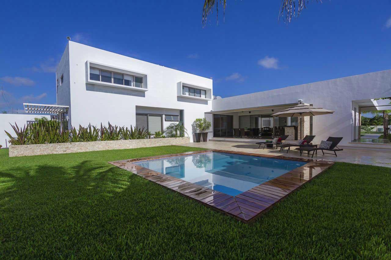 Fachada de casa con silueta blanca visualmente contrastada for Fotos de patios con piletas