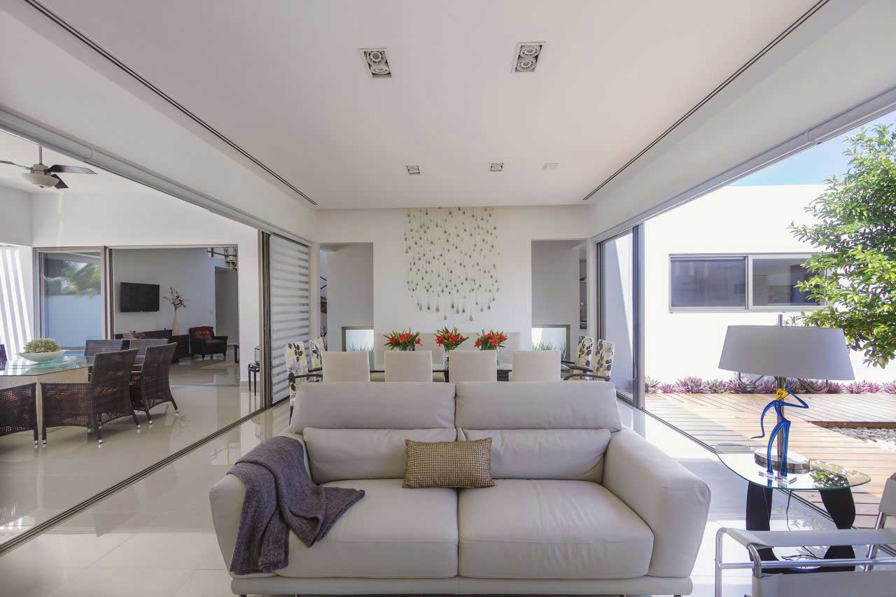 fachada de casa con silueta blanca visualmente contrastada