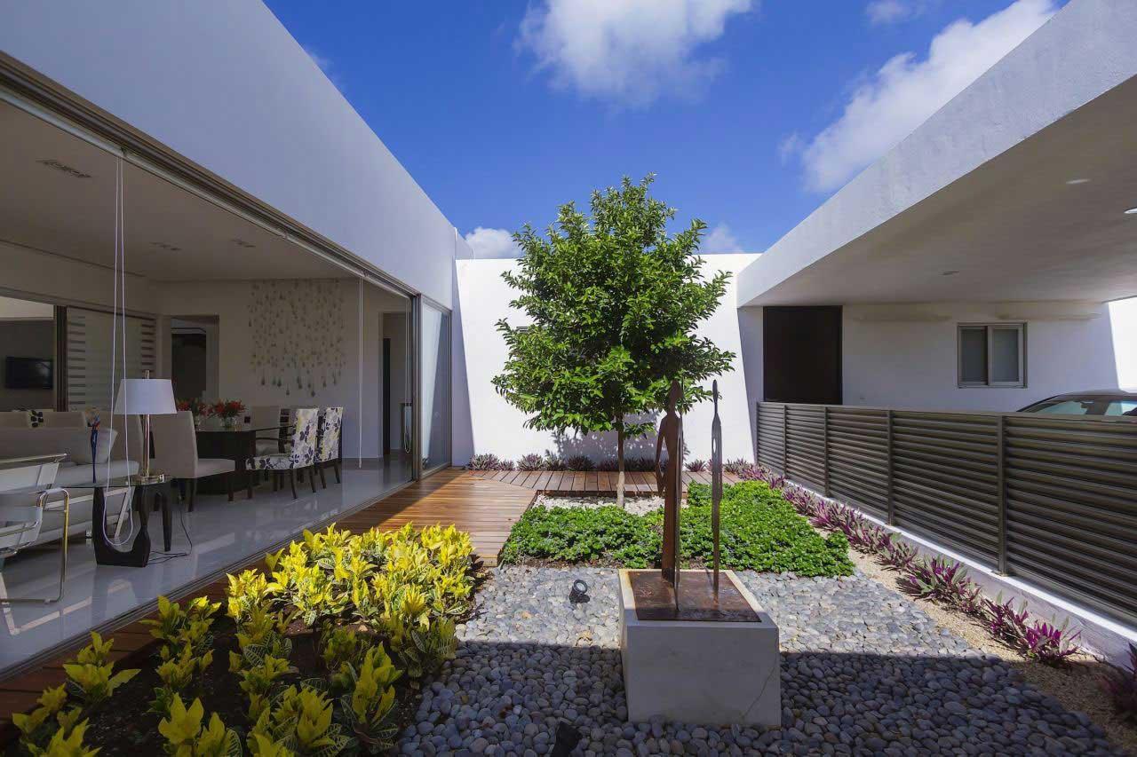Fachada de casa con silueta blanca visualmente contrastada for Casa moderna 8