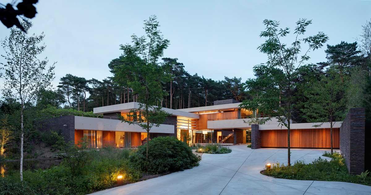 Fachada de Complejo Moderno Abrazando sus Alrededores con riqueza paisajista en Utrecht, Países Bajos