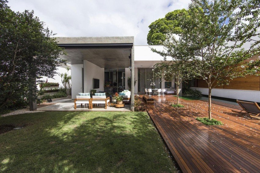 Fachadas de casas, Casa RMJ en Brasil  que interactua con los elementos naturales