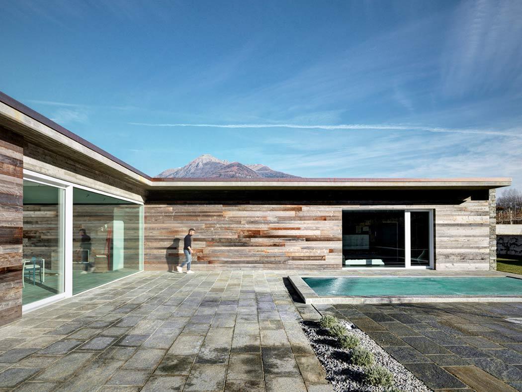 Fachada de piedra en una casa moderna en italia casas y - Fachadas de casas modernas planta baja ...