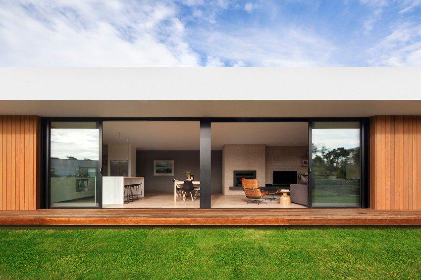 Fachada de madera y cristal en una casa moderna de for Fachada de casas modernas con vidrio