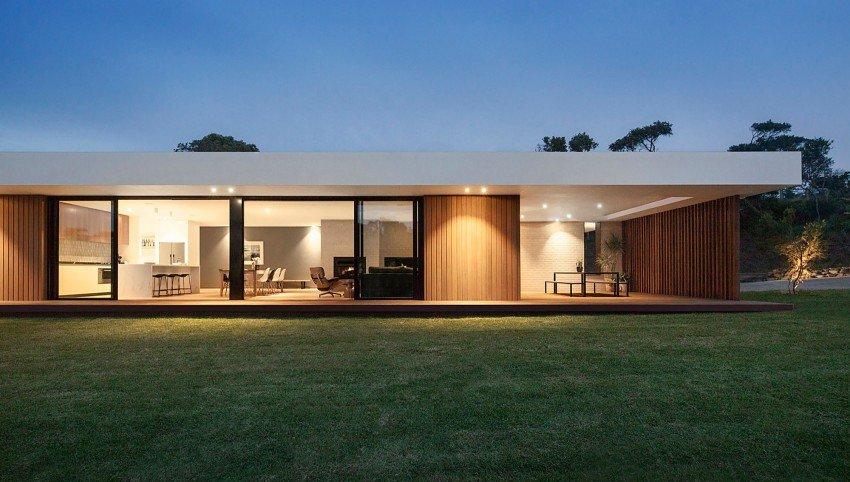 Fachada de madera y cristal en una casa moderna de for Architecture cubique